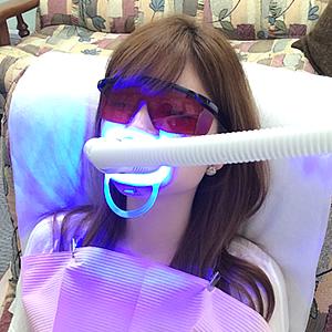 安全な溶剤とLEDライト使用で、痛みのないホワイトニング!光触媒という化学反応で、着色汚れを落とし、あなたの歯の本来の白さを取り戻していきます。